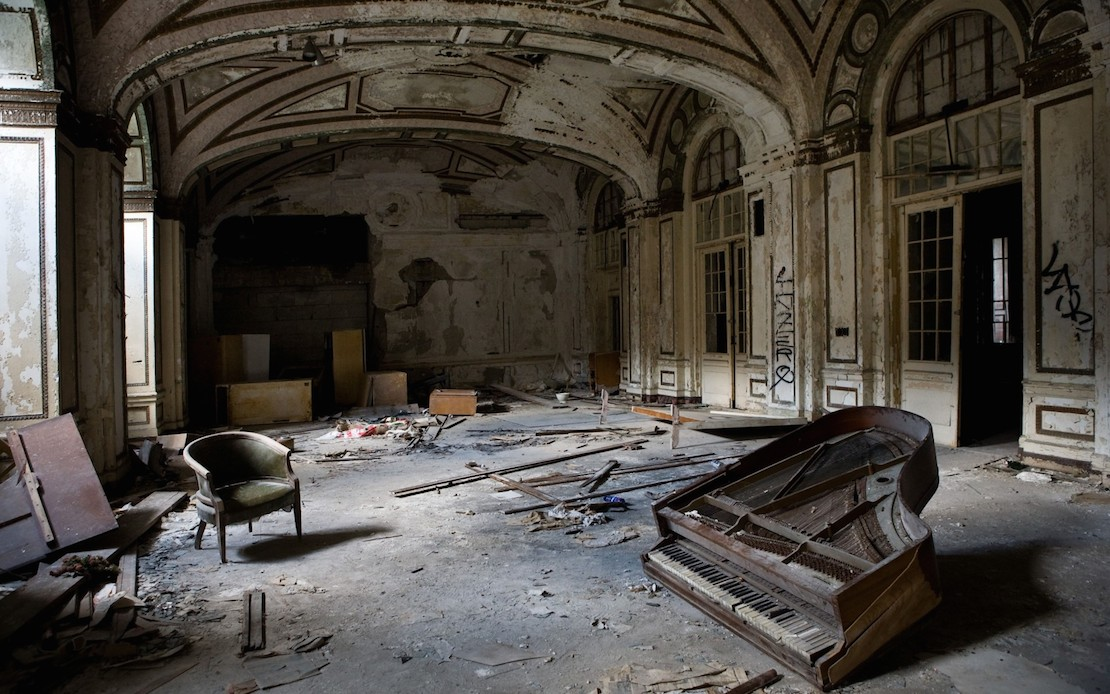 32 Haunting Photos of Abandoned Places 23